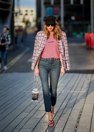 Comment porter: veste en tweed blanc et rouge et bleu marine, t-shirt à col rond à rayures horizontales rouge, jean bleu marine, sandales à talons en cuir rouges