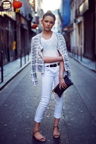 Comment porter: veste en tweed blanche, t-shirt à col rond blanc, jean skinny blanc, sandales plates en cuir ornées noires
