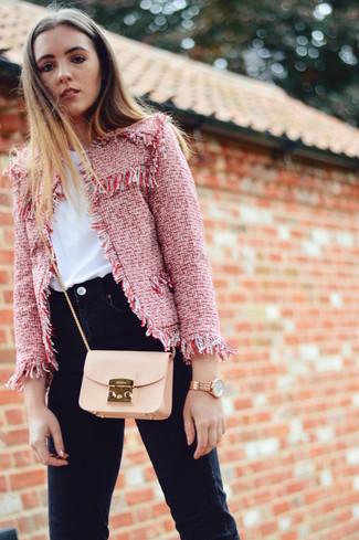 Comment porter: veste en tweed rouge, t-shirt à col rond blanc, jean skinny noir, sac bandoulière en cuir beige
