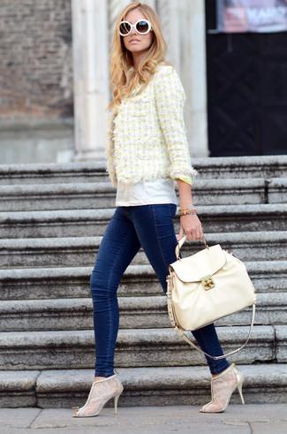 Comment porter: veste en tweed jaune, t-shirt à col rond blanc, jean skinny bleu marine, bottines en dentelle beiges