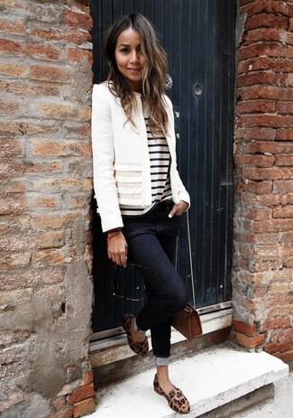 Comment porter: veste en tweed blanche, t-shirt à col rond à rayures horizontales blanc et noir, jean skinny noir, slippers en cuir imprimés léopard marron clair