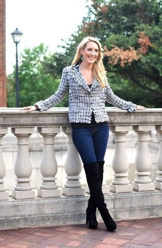 Comment porter: veste en tweed blanc et bleu marine, t-shirt à col rond noir, jean skinny bleu marine, cuissardes en daim noires