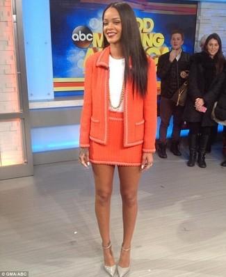 Comment porter: veste en tweed orange, t-shirt à col rond blanc, minijupe en tweed orange, escarpins en cuir gris