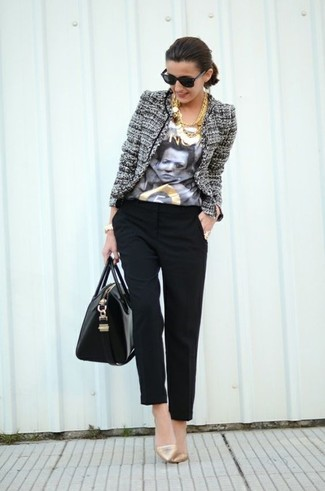 Comment porter: veste en tweed grise, t-shirt à col rond imprimé blanc et noir, pantalon carotte noir, escarpins en cuir dorés