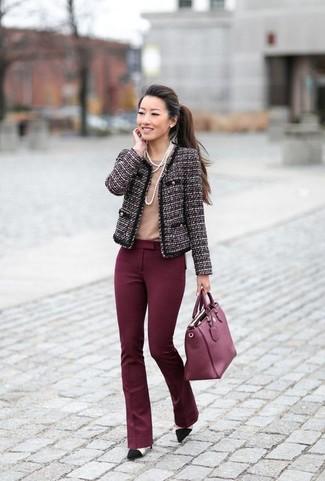 Comment porter: veste en tweed pourpre foncé, t-shirt à col rond marron clair, pantalon flare bordeaux, escarpins en daim noirs