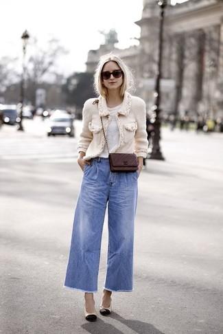 Comment porter: veste en tweed blanche, t-shirt à col rond blanc, pantalon large en denim bleu, escarpins en cuir noir et marron clair