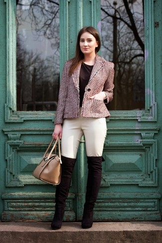 41b8e38bf440e1 Tenue: Veste en tweed rose, T-shirt à col rond noir, Pantalon slim ...