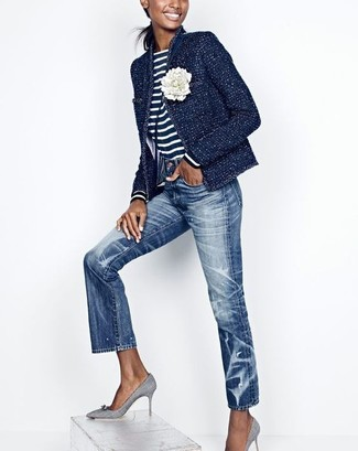 Comment porter un t-shirt à manche longue à rayures horizontales bleu marine et blanc: Ce combo d'un t-shirt à manche longue à rayures horizontales bleu marine et blanc et d'un jean bleu attirera l'attention pour toutes les bonnes raisons. Complète ce look avec une paire de des escarpins en toile gris.