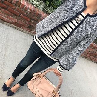 Comment porter: veste en tweed bleu marine, t-shirt à manche longue à rayures horizontales blanc et noir, jean bleu marine, escarpins en daim bleu marine