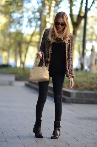 Comment porter: veste en tweed marron, t-shirt à manche longue noir, jean skinny noir, bottines en cuir marron foncé