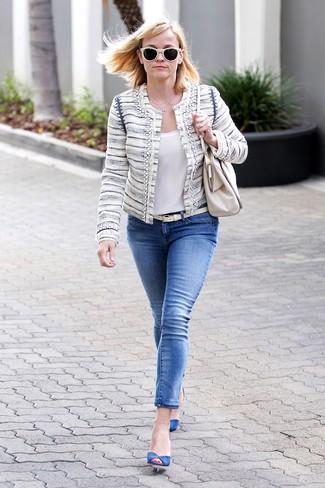 Comment porter: veste en tweed beige, top sans manches en soie blanc, jean skinny bleu, escarpins en daim bleus