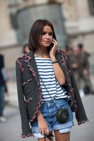 Tenue de Miroslava Duma: Veste en tweed gris foncé, T-shirt à col rond à rayures horizontales blanc et bleu, Short en denim bleu, Sac bandoulière en cuir noir