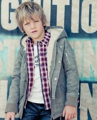 Comment porter: veste grise, chemise à manches longues rouge, t-shirt blanc, jean bleu marine