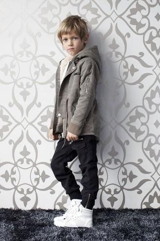 Comment porter: veste grise, jean noir, baskets blanches
