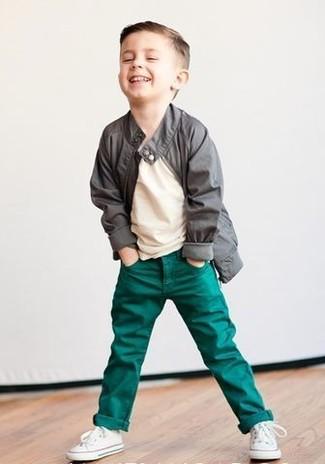 Comment porter: veste grise, t-shirt beige, jean vert, baskets blanches