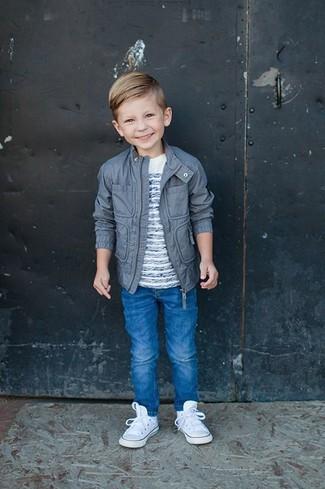 Comment porter: veste grise, t-shirt à rayures horizontales blanc, jean bleu, baskets blanches