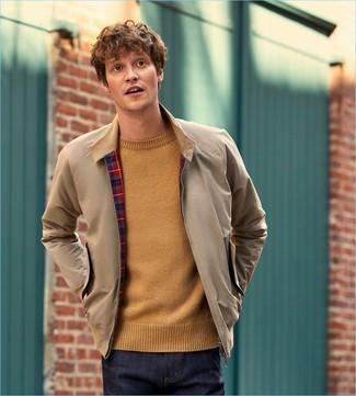 Comment porter: veste harrington beige, pull à col rond marron clair, jean bleu marine