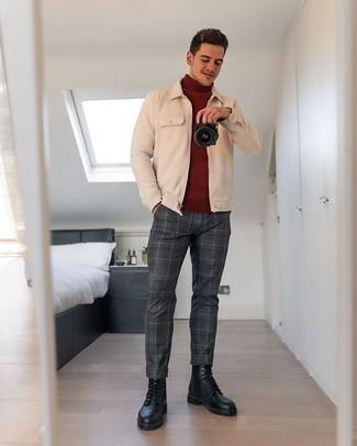 Comment porter des bottes de loisirs en cuir noires: Pense à associer une veste harrington beige avec un pantalon chino écossais gris foncé pour affronter sans effort les défis que la journée te réserve. Jouez la carte classique pour les chaussures et choisis une paire de des bottes de loisirs en cuir noires.
