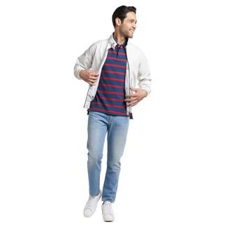 Comment porter: veste harrington blanche, polo à rayures horizontales bleu marine, jean bleu clair, baskets basses en cuir blanches