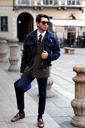 Comment porter des chaussettes à rayures horizontales bleues: Pense à opter pour une veste harrington bleu marine et des chaussettes à rayures horizontales bleues pour une tenue idéale le week-end. Opte pour une paire de des mocassins à pampilles en cuir marron pour afficher ton expertise vestimentaire.