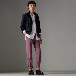 Comment porter: veste harrington bleu marine, chemise à manches longues blanche, pantalon chino à carreaux bordeaux, chaussures derby en cuir bordeaux
