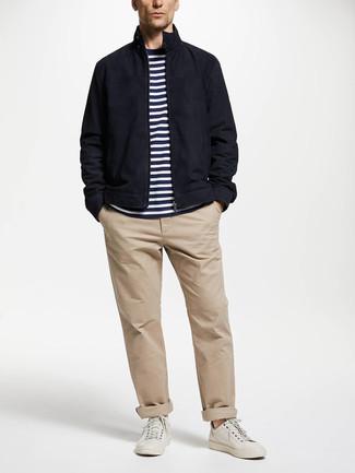 Comment porter: veste harrington bleu marine, t-shirt à col rond à rayures horizontales blanc et bleu marine, pantalon chino beige, baskets basses en cuir blanches