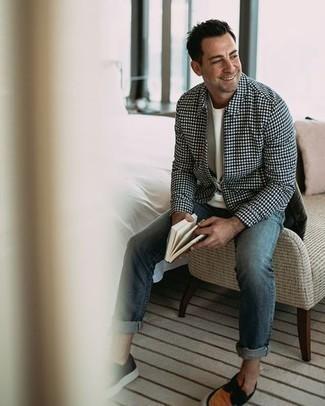 Comment s'habiller après 40 ans au printemps: Harmonise une veste harrington à carreaux bleu marine avec un jean bleu pour un déjeuner le dimanche entre amis. Cet ensemble est parfait avec une paire de chaussures bateau en toile tabac. C'est un look sublime pour être fin prête pour ce printemps.