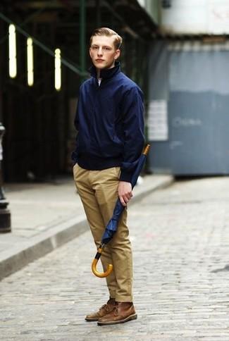 Comment porter: veste harrington bleu marine, t-shirt à col rond blanc, pantalon chino marron clair, bottines chukka en cuir marron