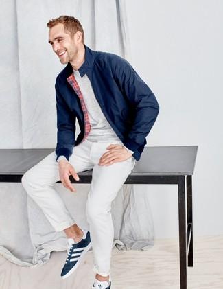 Comment porter: veste harrington bleu marine, t-shirt à manche longue gris, pantalon chino blanc, baskets basses en daim bleu marine
