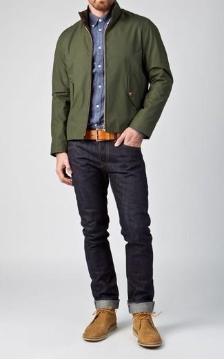 Comment porter: veste harrington vert foncé, chemise à manches longues en chambray bleue, jean bleu marine, bottines chukka en daim marron clair