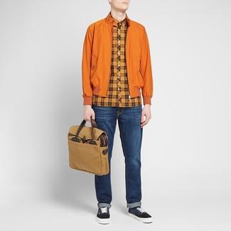 Comment porter: veste harrington orange, chemise à manches longues écossaise orange, jean bleu marine, baskets basses en toile bleu marine