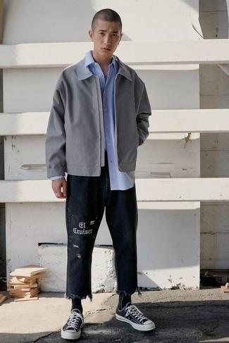 Comment s'habiller au printemps: Essaie de marier une veste harrington grise avec un jean imprimé noir pour un déjeuner le dimanche entre amis. Une paire de baskets basses en toile noires et blanches est une option astucieux pour complèter cette tenue. C'est une tenue toute printanière.