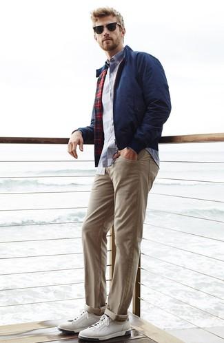 Comment porter: veste harrington bleu marine, chemise à manches longues écossaise blanc et bleu marine, pantalon chino beige, baskets basses en cuir blanches