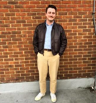 Comment porter: veste harrington en cuir marron foncé, chemise à manches longues bleu clair, pantalon chino marron clair, baskets basses en toile blanches