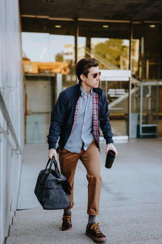 Comment porter un pantalon chino marron: Pense à opter pour une veste harrington bleu marine et un pantalon chino marron pour affronter sans effort les défis que la journée te réserve. Tu veux y aller doucement avec les chaussures? Complète cet ensemble avec une paire de des baskets basses en cuir marron foncé pour la journée.