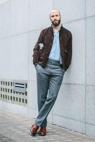 Tenue: Veste harrington en daim marron foncé, Chemise à manches longues en chambray bleu clair, Pantalon de costume en laine gris, Chaussures derby en cuir marron
