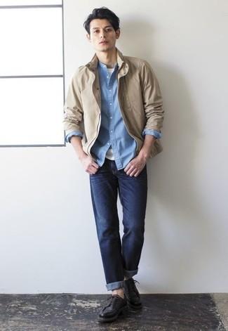Comment porter une chemise à manches longues en chambray bleu clair: Associe une chemise à manches longues en chambray bleu clair avec un jean bleu marine pour obtenir un look relax mais stylé. D'une humeur audacieuse? Complète ta tenue avec une paire de des chaussures derby en cuir noires.
