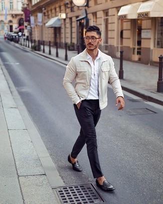Comment porter des slippers en cuir noirs: Marie une veste harrington beige avec un pantalon chino bleu marine pour une tenue confortable aussi composée avec goût. Une paire de des slippers en cuir noirs rendra élégant même le plus décontracté des looks.