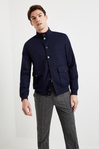 Tenue: Veste harrington en laine bleu marine, T-shirt à col rond blanc, Pantalon de costume écossais gris foncé