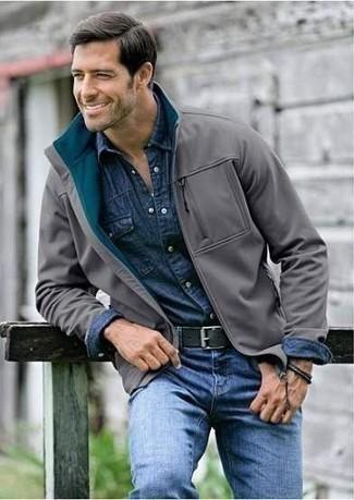 Tenue: Veste harrington grise, Chemise en jean bleu marine, Jean bleu, Ceinture en cuir noire