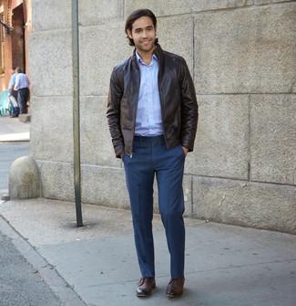 Comment porter: veste harrington en cuir marron foncé, chemise à manches longues bleu clair, pantalon de costume bleu marine, bottines chukka en cuir marron foncé