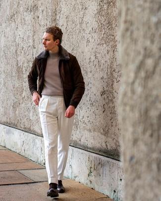 Comment s'habiller au printemps: Opte pour une veste harrington en daim marron foncé avec un pantalon de costume blanc pour un look classique et élégant. Une paire de chaussures richelieu en cuir marron foncé ajoutera de l'élégance à un look simple. C'est un look parfait pour être au top ce printemps.