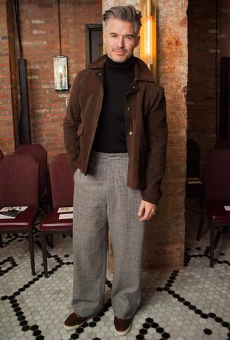 Comment porter un pantalon chino écossais: Pense à associer une veste harrington en daim marron foncé avec un pantalon chino écossais pour un look de tous les jours facile à porter. Une paire de des baskets basses en daim marron foncé est une option judicieux pour complèter cette tenue.