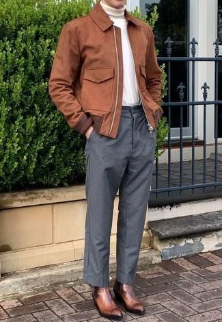 Comment porter un pantalon chino gris: Marie une veste harrington marron avec un pantalon chino gris pour une tenue confortable aussi composée avec goût. Ajoute une paire de des bottines chelsea en cuir marron à ton look pour une amélioration instantanée de ton style.