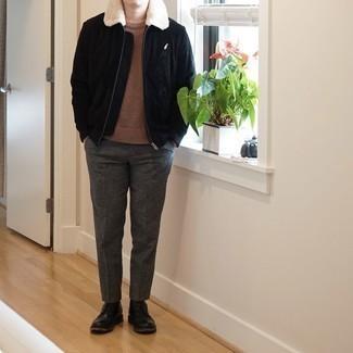 Comment porter une veste harrington en daim noire: Essaie de marier une veste harrington en daim noire avec un pantalon chino gris foncé pour un déjeuner le dimanche entre amis. Une paire de bottes de loisirs en cuir noires ajoutera de l'élégance à un look simple.