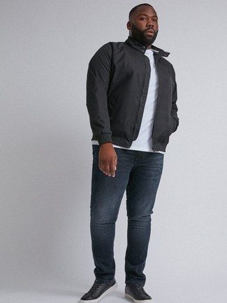 Comment porter: veste harrington noire, t-shirt à col rond blanc, jean bleu marine, baskets basses en cuir noires