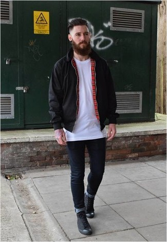 Comment porter: veste harrington noire, t-shirt à col rond blanc, jean skinny bleu marine, baskets montantes en toile noires