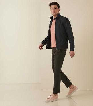 Comment porter: veste harrington noire, t-shirt à col rond rose, pantalon chino olive, baskets basses en cuir roses