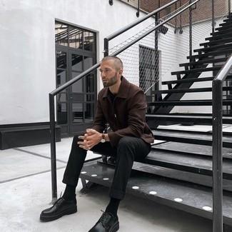Comment s'habiller à 20 ans: Essaie d'associer une veste harrington marron foncé avec un pantalon chino noir pour obtenir un look relax mais stylé. Une paire de chaussures derby en cuir épaisses noires est une façon simple d'améliorer ton look.