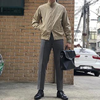 Comment porter une serviette en cuir noire: Pense à harmoniser une veste harrington beige avec une serviette en cuir noire pour une tenue idéale le week-end. Jouez la carte classique pour les chaussures et choisis une paire de des chaussures derby en cuir noires.